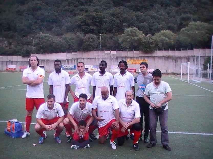 La squadra in posa prima della partita