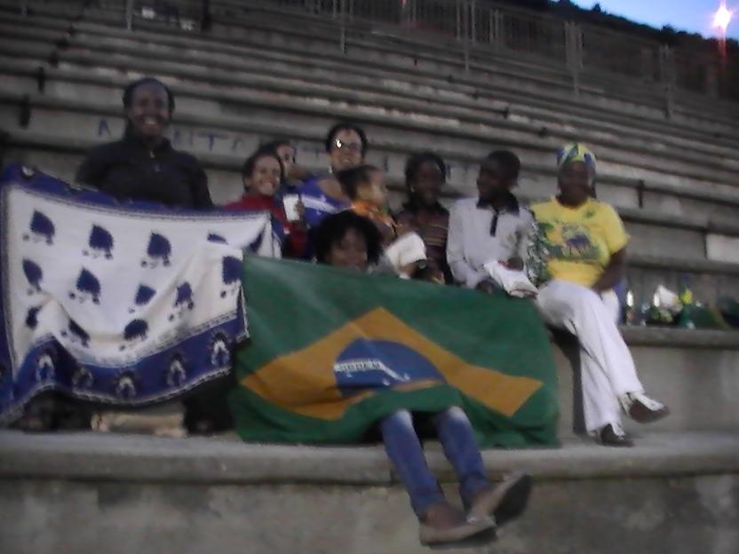 Tifosi in gradinata assistono alla partita