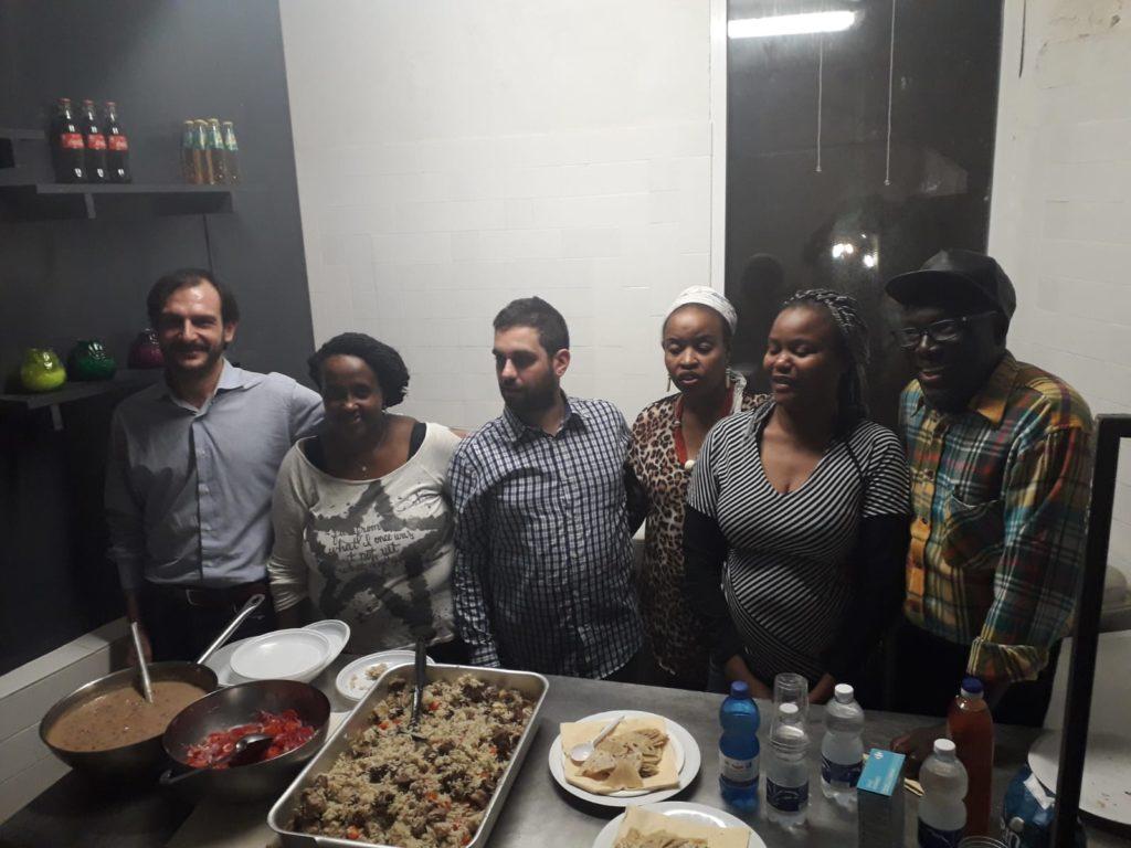 Volontari e studenti in cucina