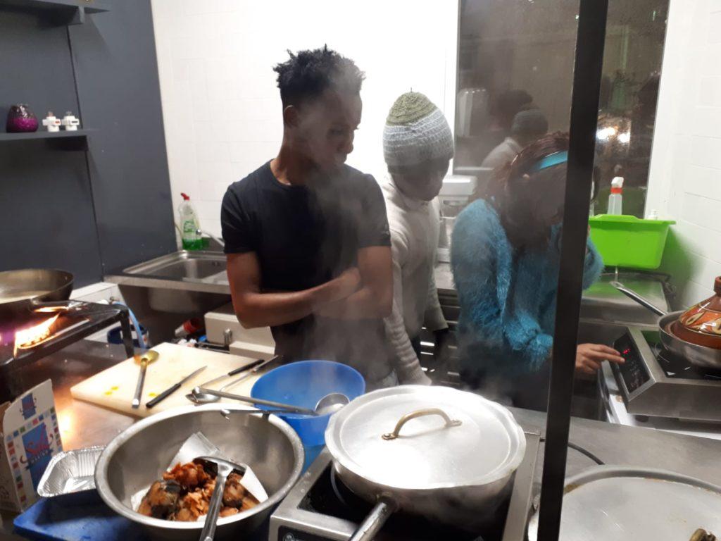 Studenti cucinano