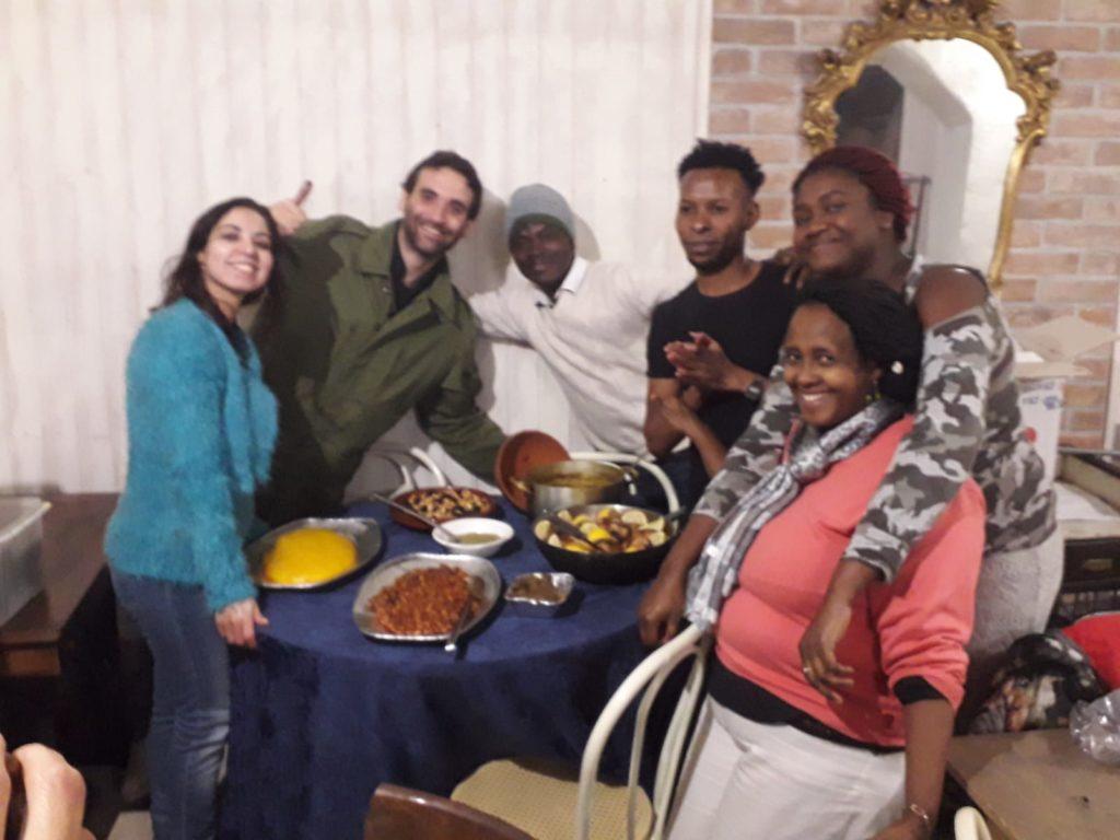 Foto di gruppo con i piatti pronti