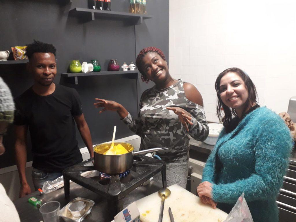 Studenti soddisfatti in cucina