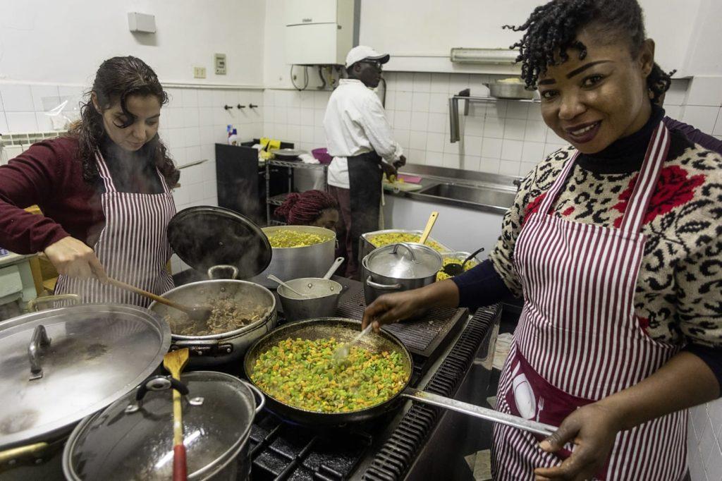 Ragazze che cucinano piatti tipici durante il progetto FAMI