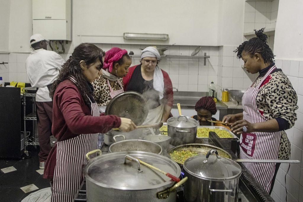 Studenti del corso che cucinano