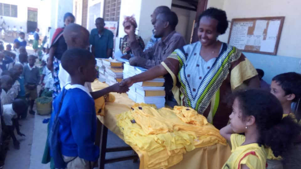 Volontari che distribuiscono materiale scolastico: penne e libri e quaderni