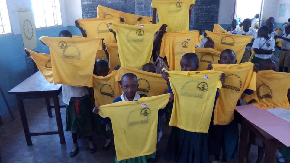 Magliette distribuite nella scuola di Kipalapala in Tanzania
