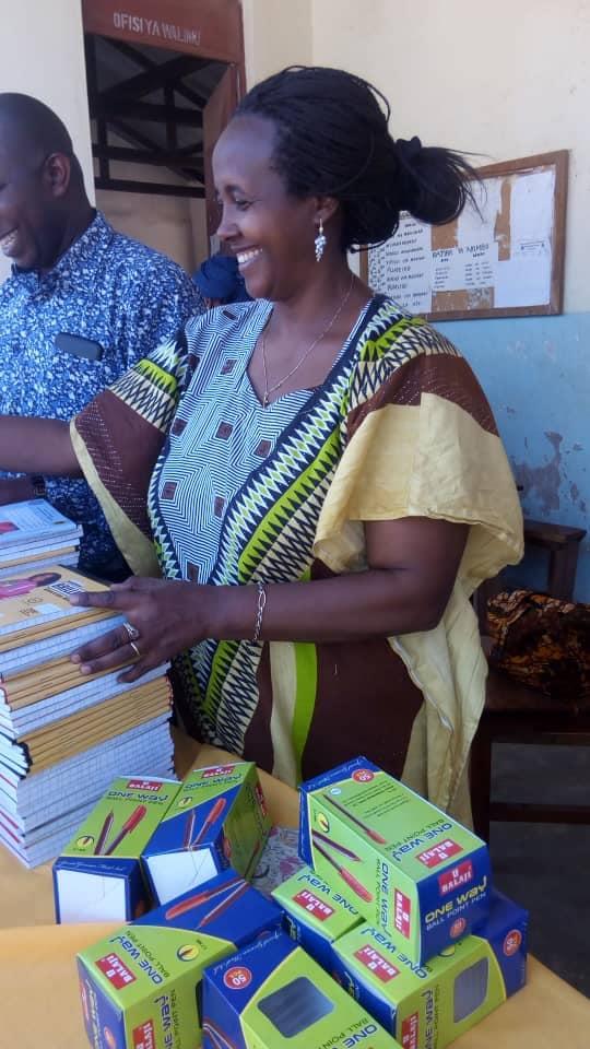 Volontaria che distribuisce materiale scolastico