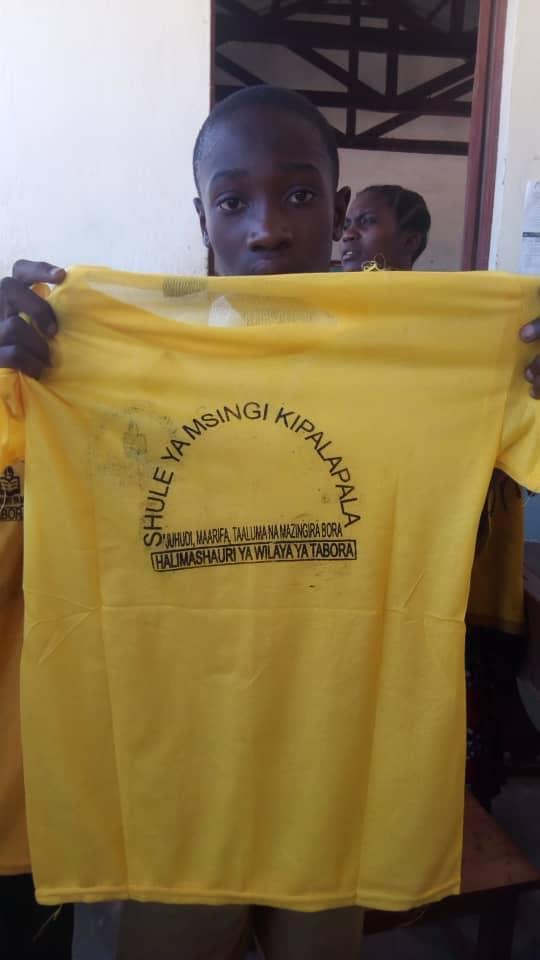 Magliette distribuite nella scuola di Kipalapala in Tanzania. Shule ya msingi kipalapala