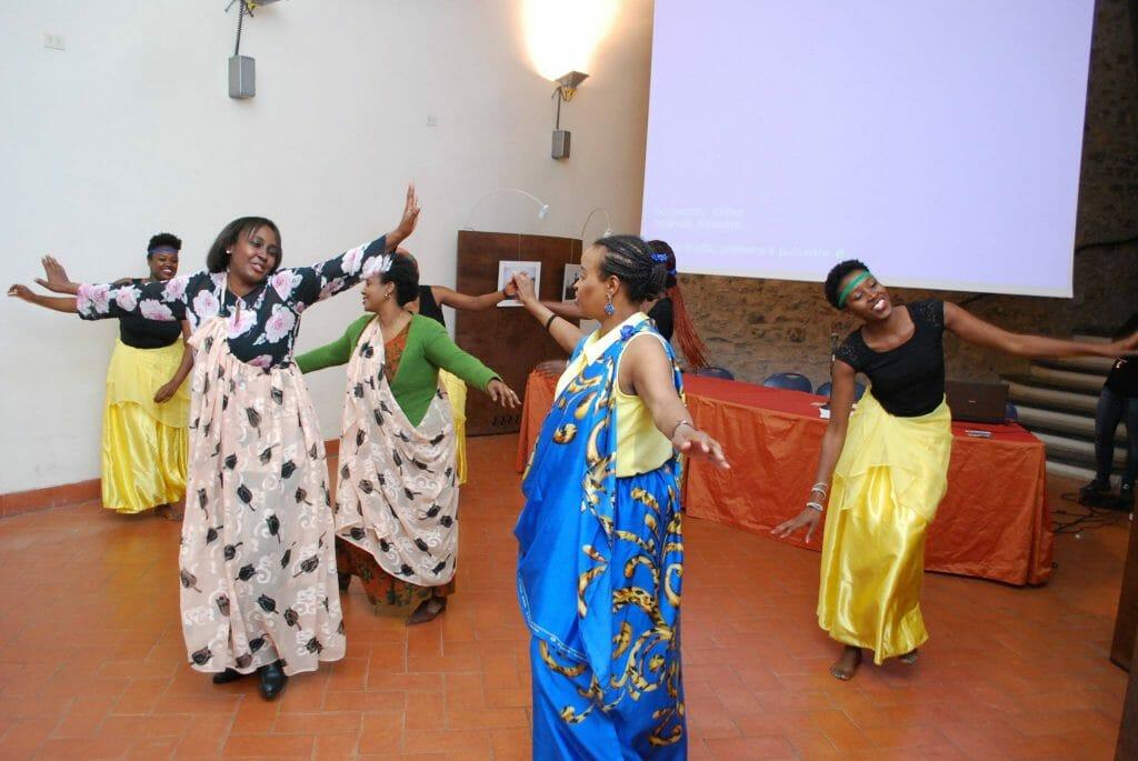 Donne tanzaniane vestite in abiti tipici che ballano