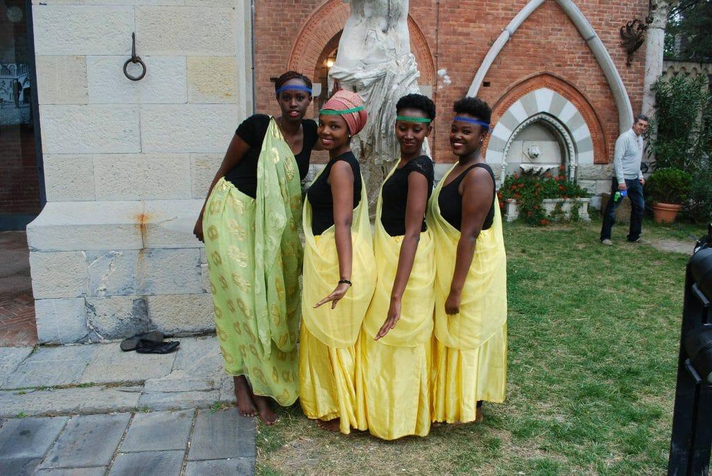 Ballerine della Tanzania in abiti tipici in posa