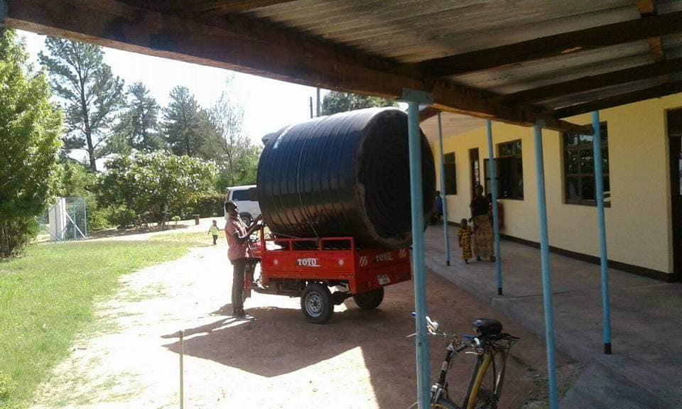 Consegna del serbatoio per l'acqua nel dispensario di Kipalapala