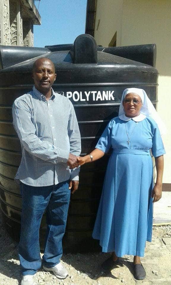 Consegna della tanica per la raccolta dell'acqua nel dispensario di Kipalapala